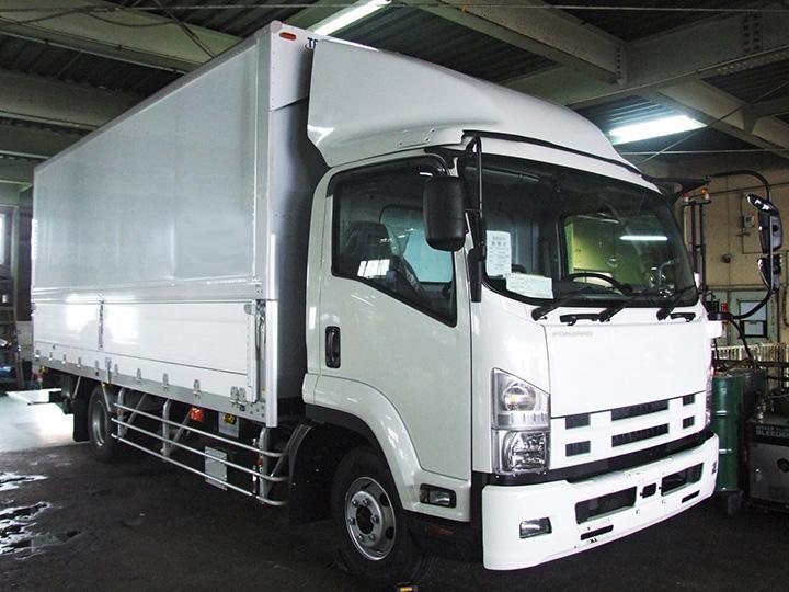 【ドライバー】多くの種類のトラックがあるのでスキルに合わせて働けます!未経験歓迎!学歴不問◎安定企業の正社員募集です!!